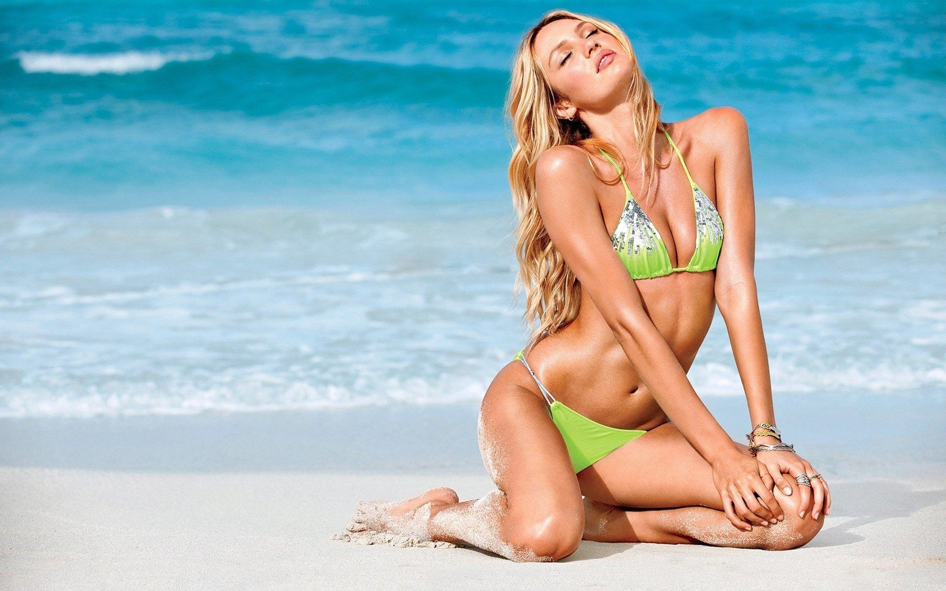 candice-swanepoel-in-bikini