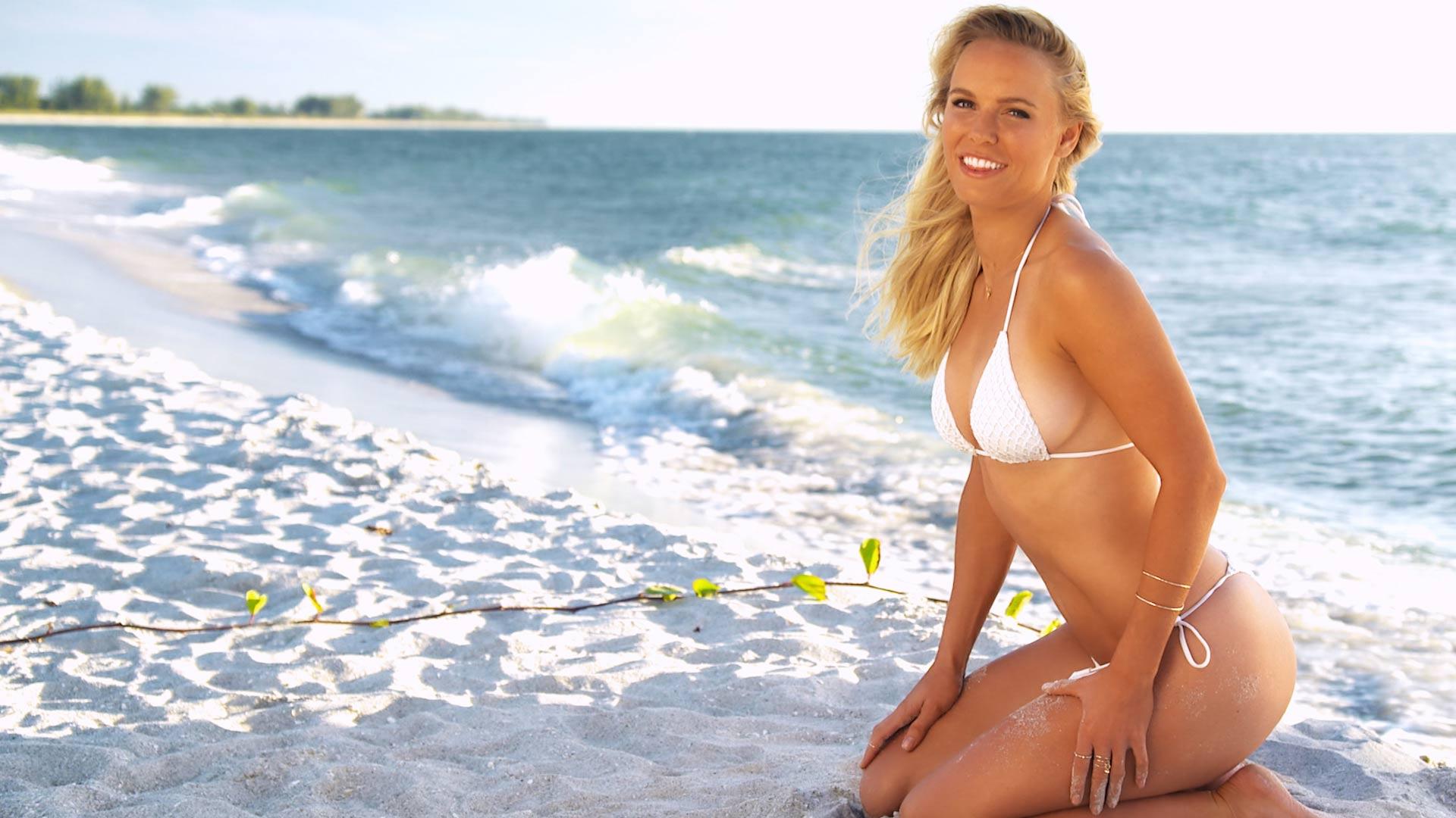 caroline-wozniacki-sexy-in-bikini