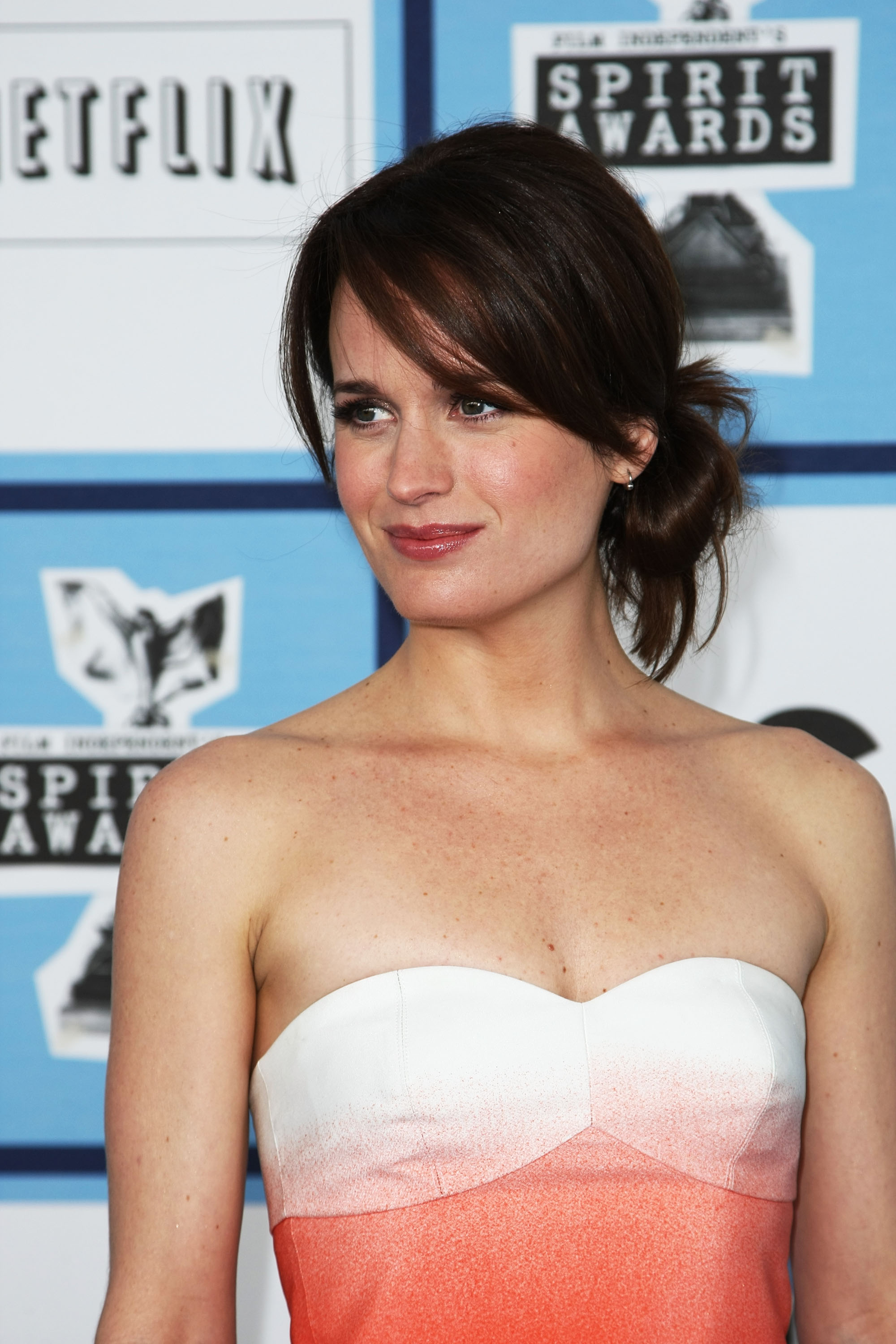 SANTA MONICA, CA - FEBRUARY 23: Actress Elizabeth Reaser arrives at the 2008 Film Independent's Spirit Awards held at Santa Monica Beach on February 23, 2008 in Santa Monica, California. (Photo by Alberto E. Rodriguez/Getty Images)