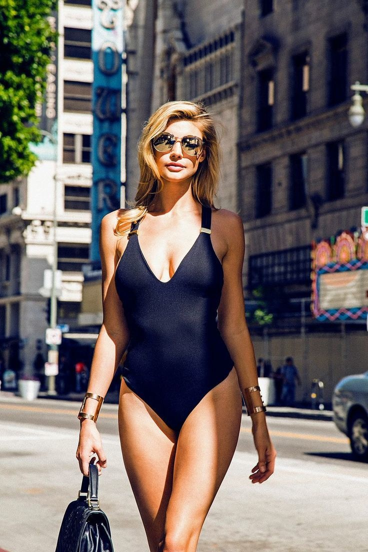 kelly-rohrbach-showing-hot-boobs