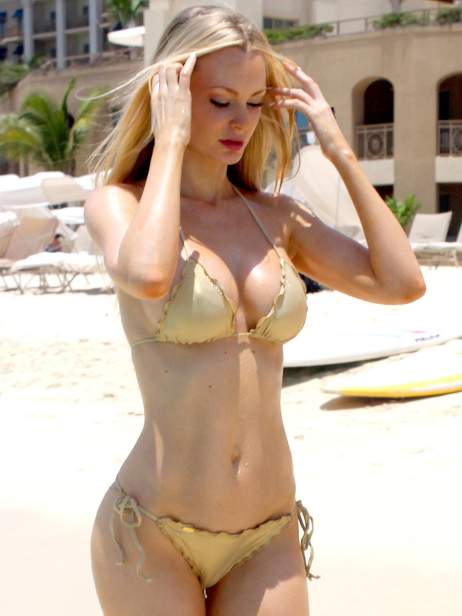 sophie-turner-bikini