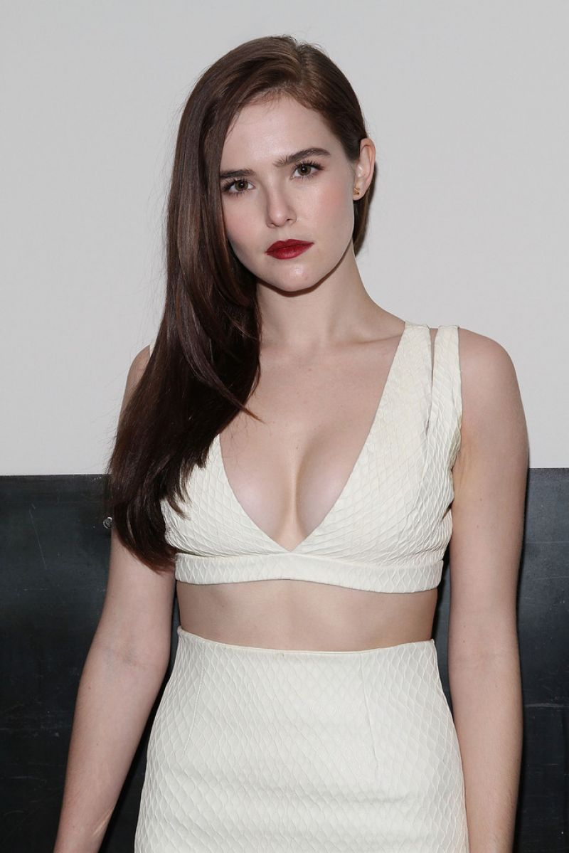 zoey-deutch-goes-topless
