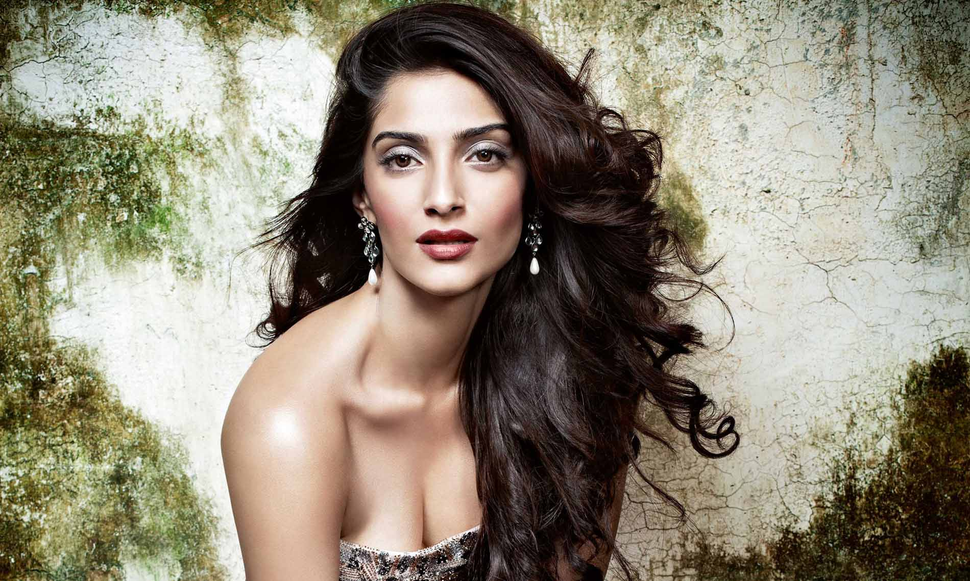 Sonam Kapoor Hot Photos And Wallpapers In Bikini