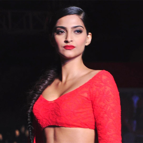 sonam-kapoor-flaunts-her-cleavage