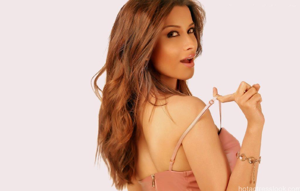 15_04_2016_7_31_29Nyra Banerjee Sexy Images