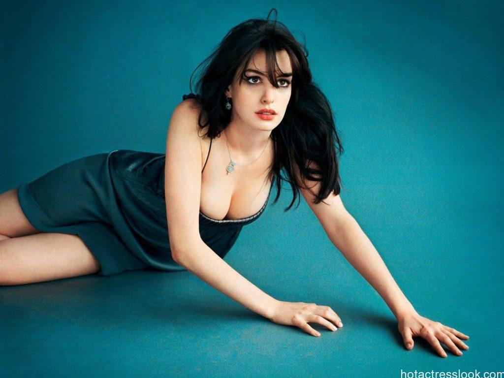 Anne Hathaway Sexy In Bikini