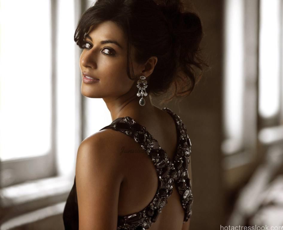 Chitrangada Singh showing sexy body