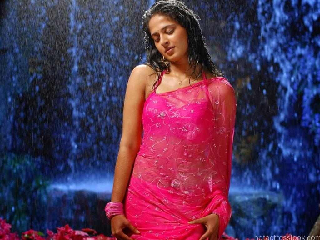 Hot-Anushka-in-Pink-dress