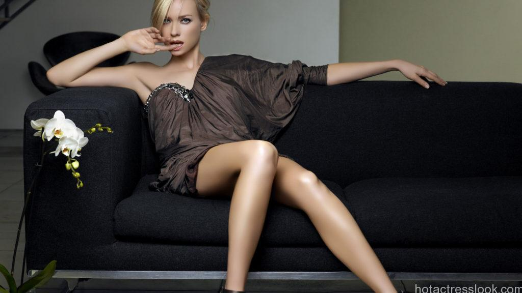 Naomi Watts Hot in bra