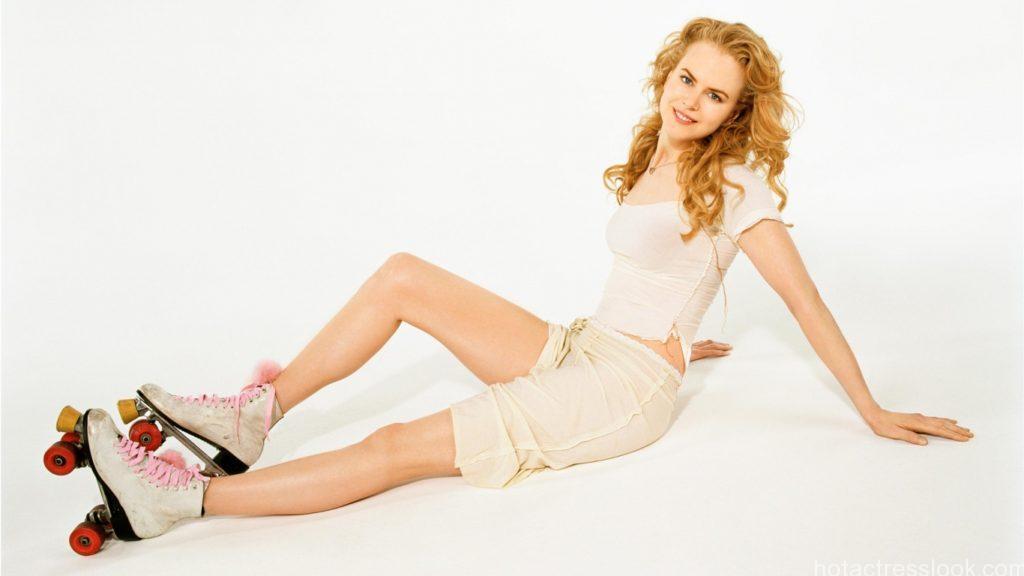 Nicole Kidman Showing hot legs in shorts
