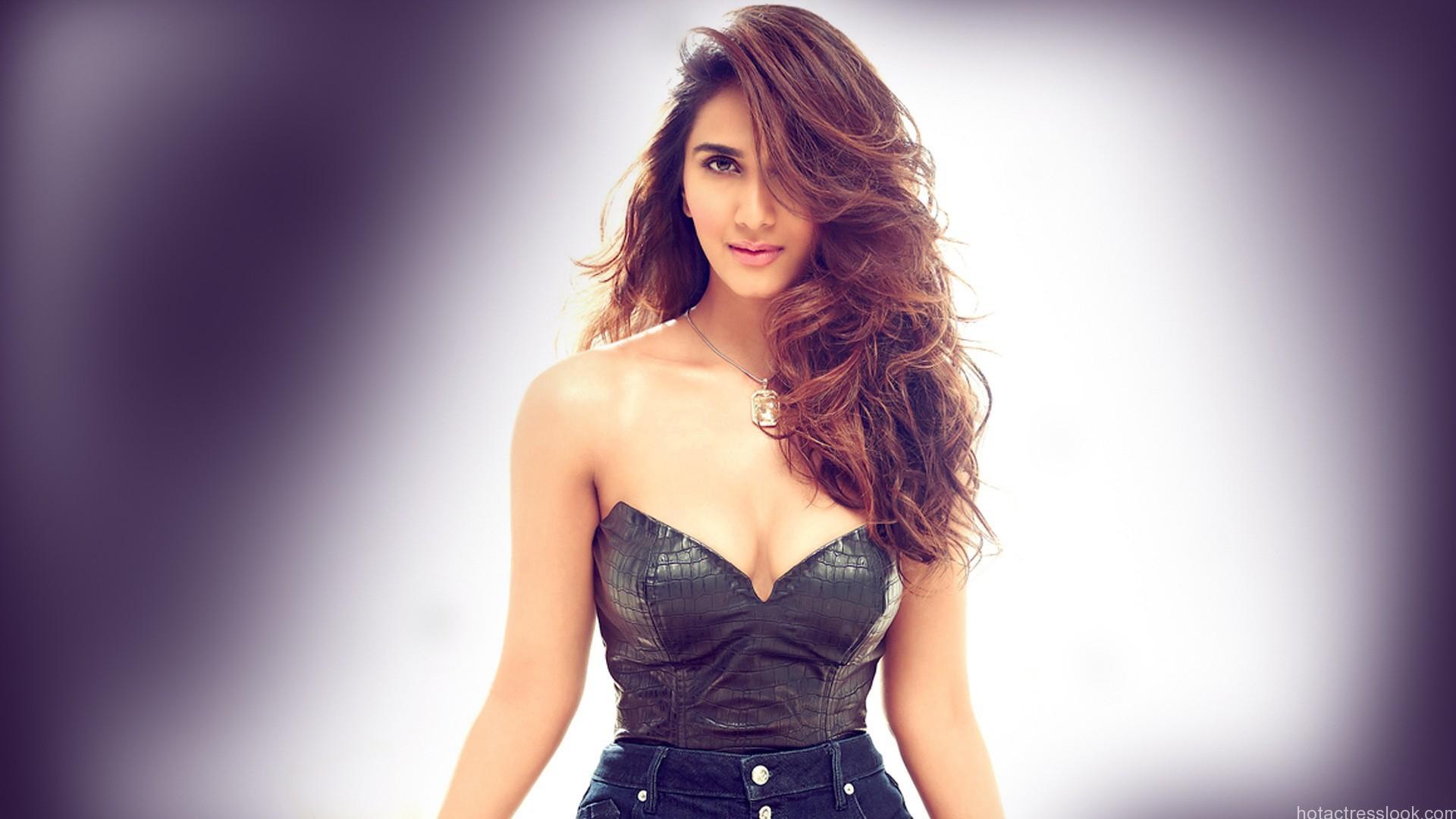 Vaani Kapoor sexy pics