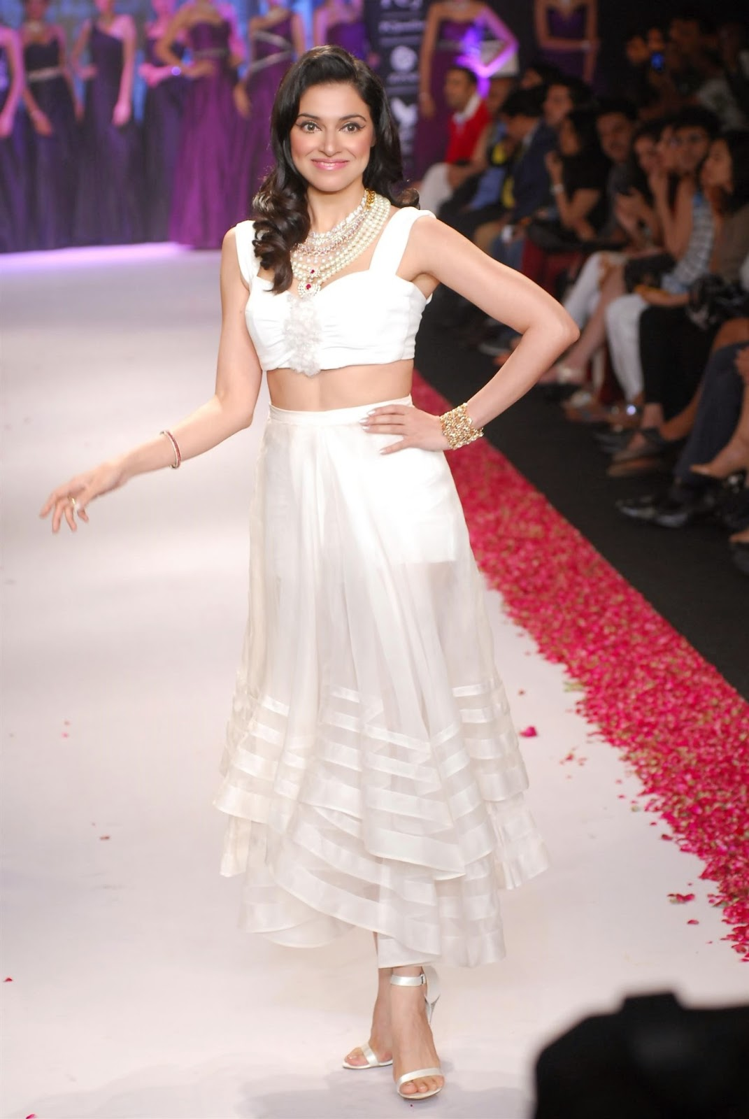 Divya Khosla Kumar hot images in bikini