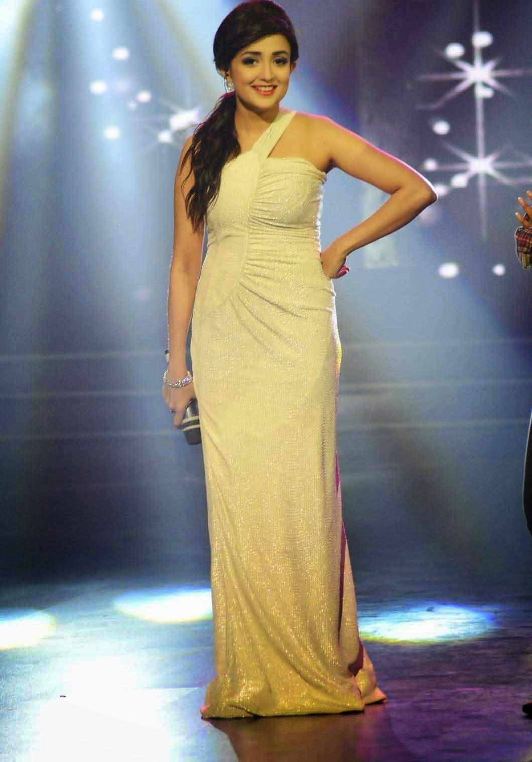 Monali Thakur hot pictures