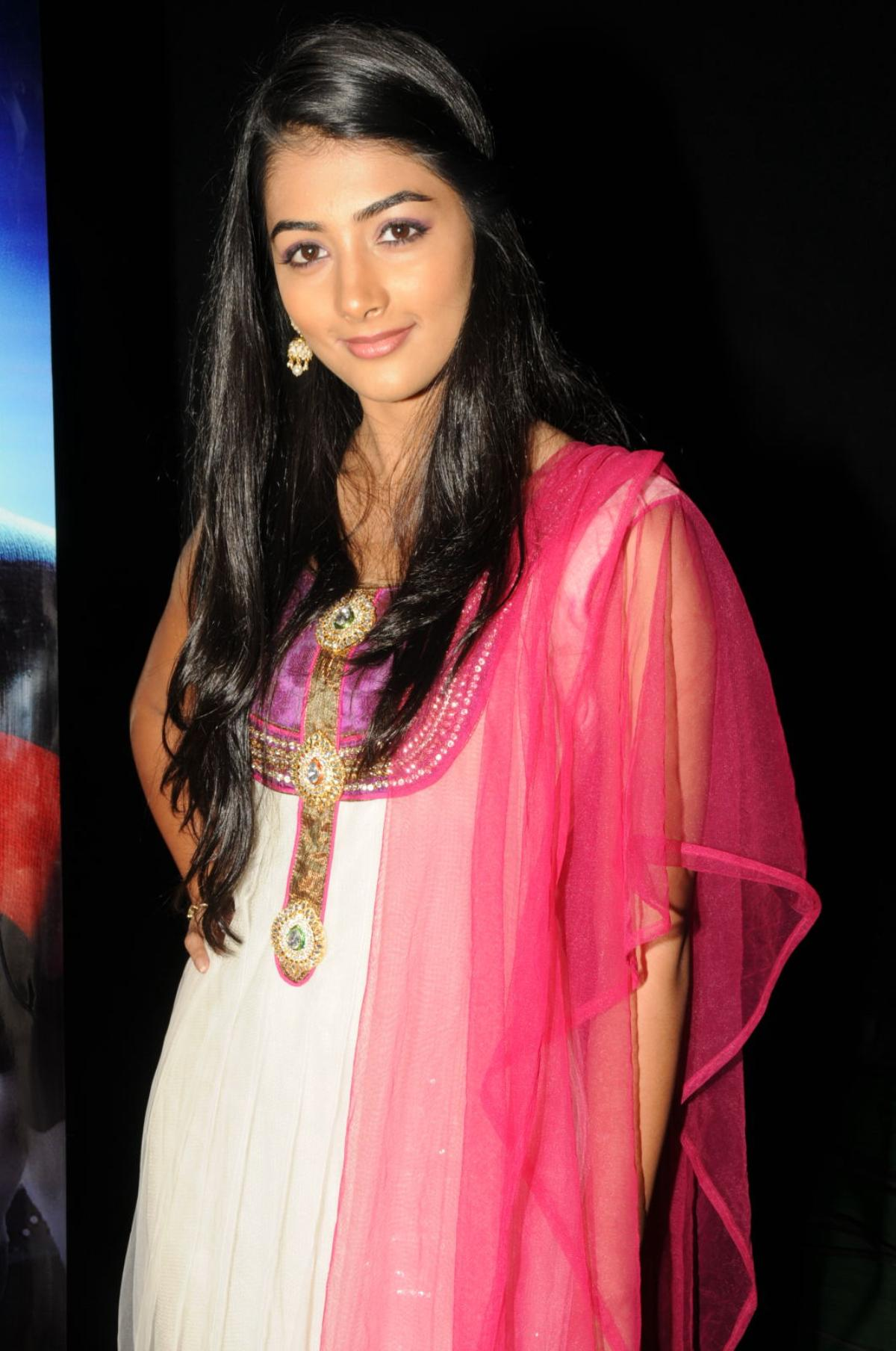 Pooja hegde hot stills in saree