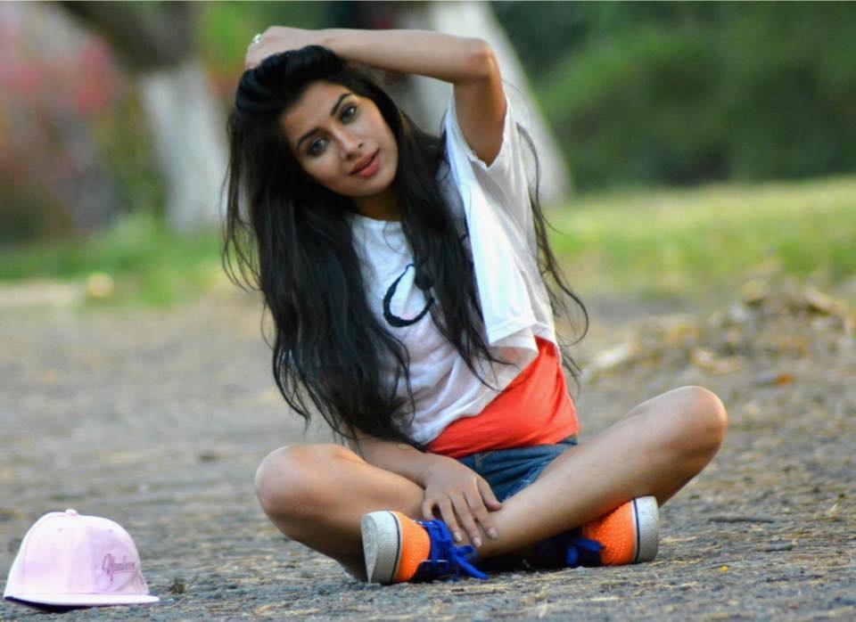 Sara Gurpal Hot in saree