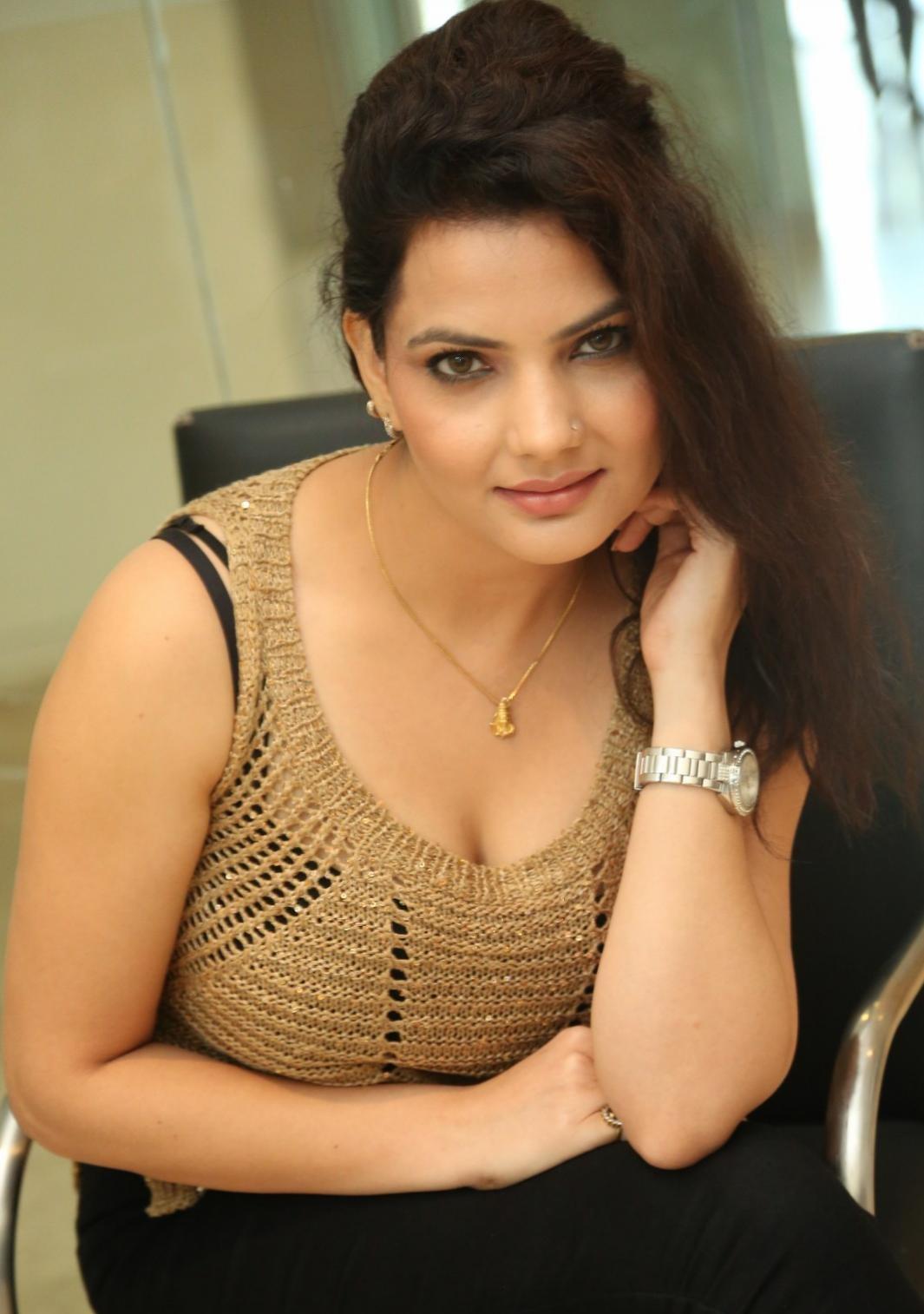 Madhavi Sharma sizzling pics