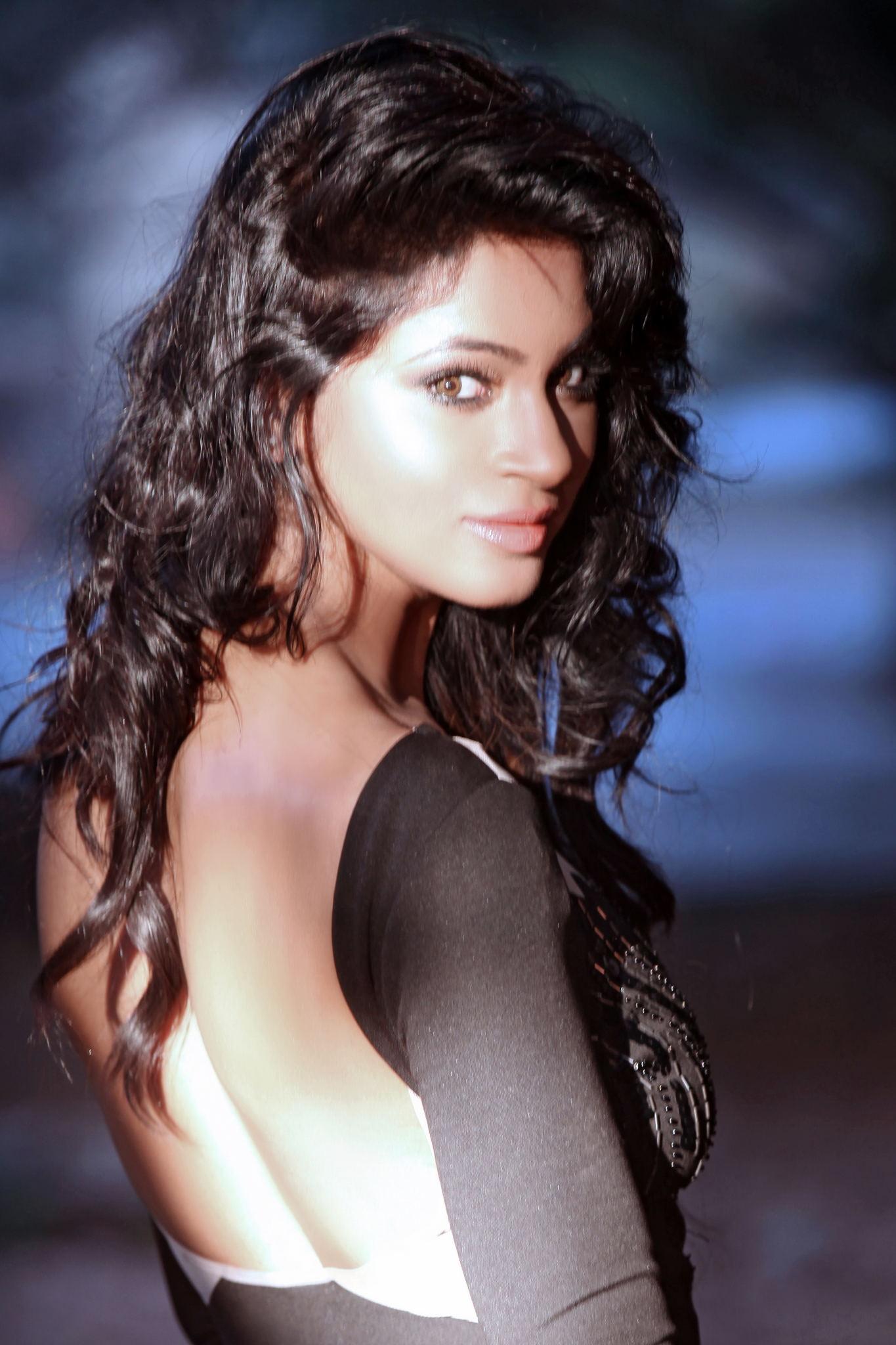 Shilpi Sharma hot in backless