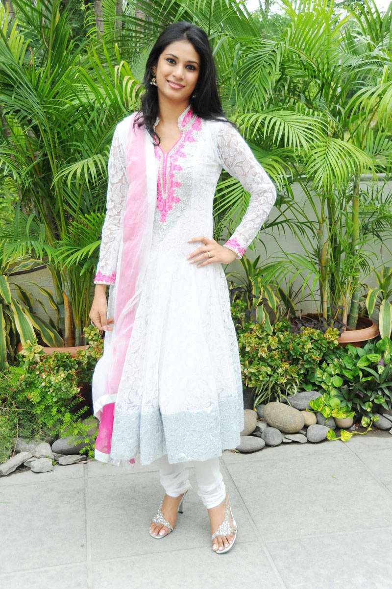 Zara Shah sizzling photos