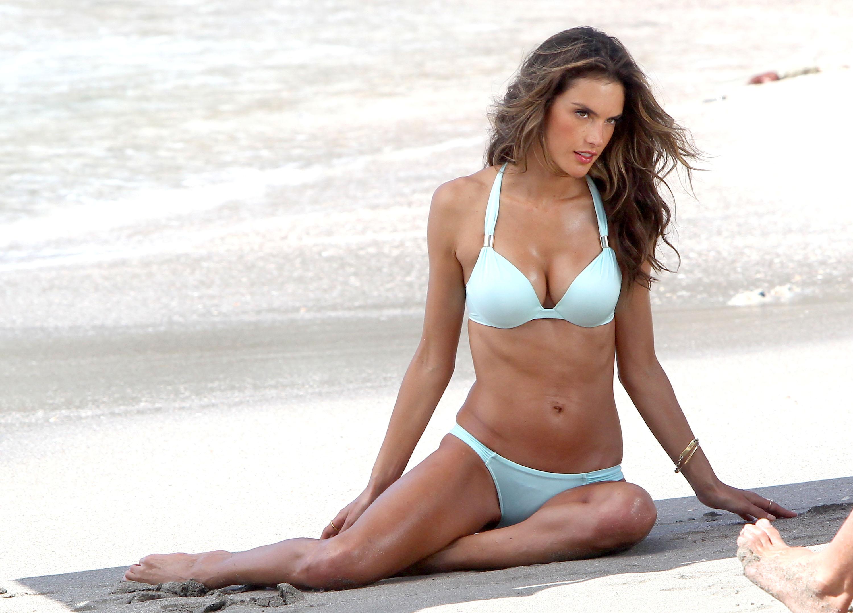 Alessandra ambrosio boobs in verdades secretas scandalplanet - 3 8